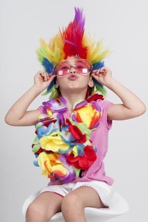 Petite fille drôle déguisée avec perruque et lunettes de soleil