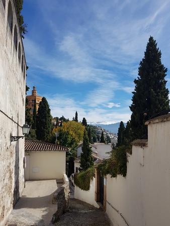 Granada street in the Realejo neighborhood with views of the Sierra Nevada 版權商用圖片