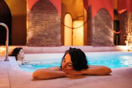 Deux femmes profitant des bains arabes Hammam à Grenade