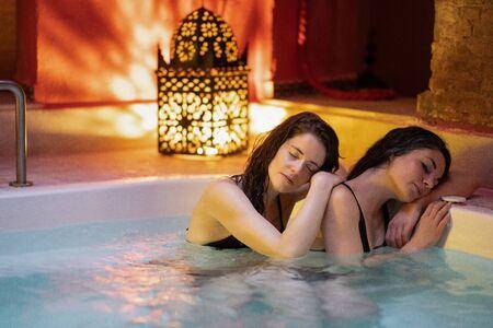 Deux femmes profitant des bains arabes Hammam à Grenade Banque d'images
