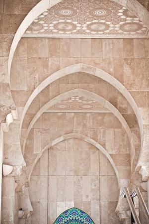 arabe: Arcos de �rabe en la mezquita Hassan II en Casablanca, Marruecos Foto de archivo