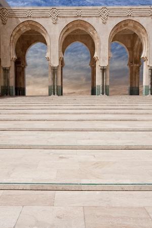 arabe: Arcos de �rabes en la mezquita Hassan II en Casablanca, Marruecos