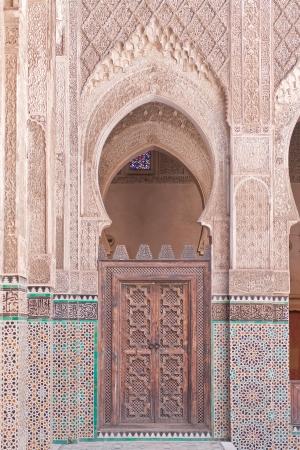 arabe: Puerta �rabe en la Universidad de Fez, Marruecos Foto de archivo