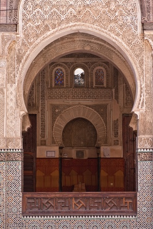 mezquita: Puerta �rabe en la Universidad de Fez, Marruecos Foto de archivo