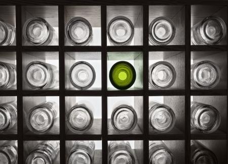 bouteille de vin: Bouteilles de vin vides sur les tablettes avec r�tro-�clairage
