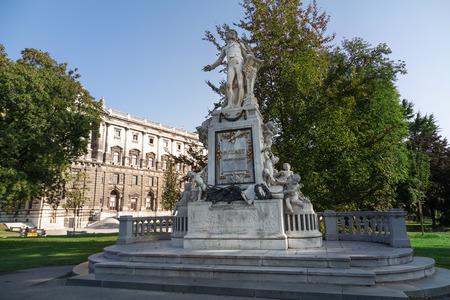amadeus mozart: Escultura de Wolfgang Amadeus Mozart est� situado dentro del Burggarten Imperial Palace Gardens, Viena Foto de archivo