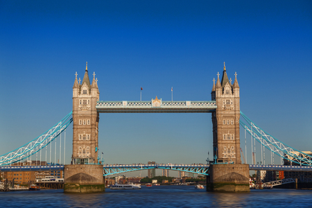 Tower Bridge is a combined bascule and suspension bridge in London built in 1886 to 1894. The bridge crosses the River Thames close to the Tower of London and has become an iconic symbol of London. Foto de archivo