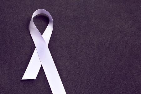 Ruban coloré à la lavande, symbolisant la conscience de tous les cancers. 4 février, journée mondiale du cancer.