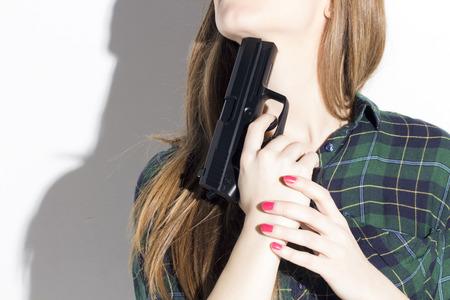 Een blonde vrouw duwen een pistool tegen haar nek, gaan om zelfmoord te plegen.