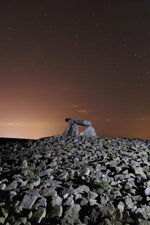 Dolmen nommé Chabola de la Hechicera, à Elvillar, Alava, Espagne. Longue exposition la nuit.