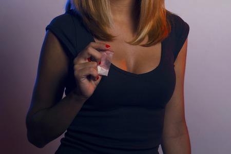 Femme avec un sac en plastique dans une boîte de nuit. Banque d'images