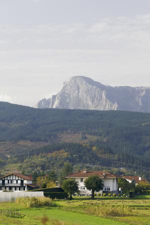 Ville d'Elorrio et montagne Anboto, Biscaye, Pays Basque, Espagne. Parc national d'Urkiola.