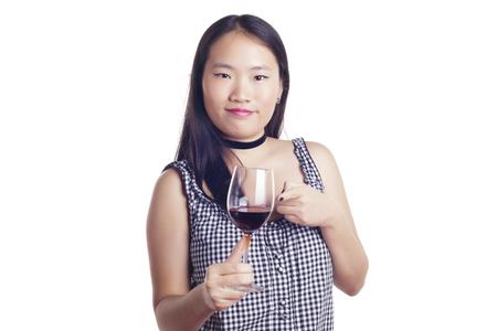 Fille asiatique avec un verre de vin rouge, sur un fond blanc, isolé.