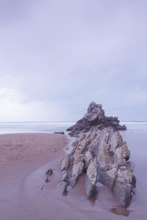 Paysage serein sur la plage d'Atxabiribil, Biscaye, Pays Basque, Espagne. Tir longue exposition.