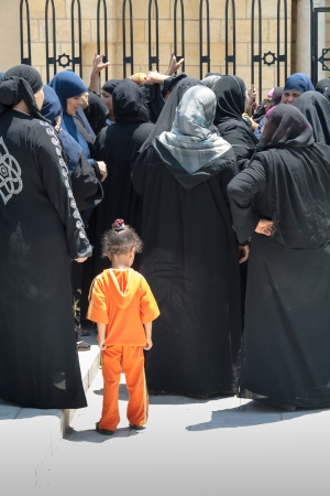 burka: Il Cairo, Egitto - 6 agosto 2009 - Dolenti all'ingresso della Moschea di Amr Ibn Al-Aas, in attesa dell'arrivo del defunto per il suo funerale