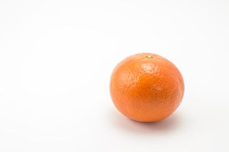 mandarina: Mandarina derecho sobre el fondo blanco