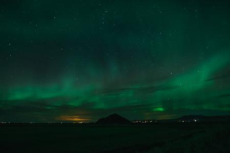 Zorza polarna w zimne islandzkie noce