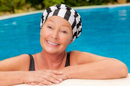 mujeres ancianas: m�s madura en el agua azul
