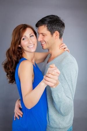 pareja bailando: sonriente pareja feliz fondo tratando de bailar