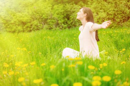 vrouw zittend op de zonnige dag in het park Stockfoto