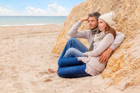 一緒にとって海岸に座っています。 写真素材