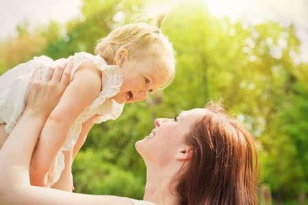 kisbabák: napsütés tavaszi nyári napon játszik a gyermek