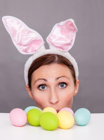 funny bunny surprising looking woman 版權商用圖片 - 26527518