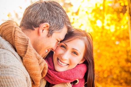 해가 질녘에 웃는 귀여운 커플