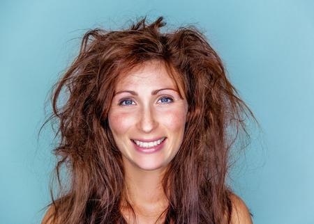 lachende gelukkige vrouw met gek haar