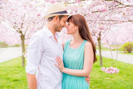 romantisch paar in sprookjesachtige tuin park