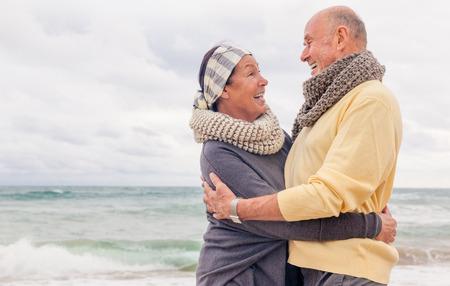 노인은 추운 계절을 웃고 미소 휴식