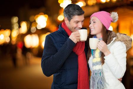 duits paar genieten van de kerstmarkt outdoor