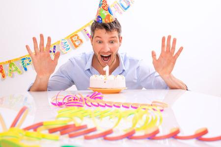 velitas de cumpleaños: feliz divertido retrato del hombre con velas Foto de archivo