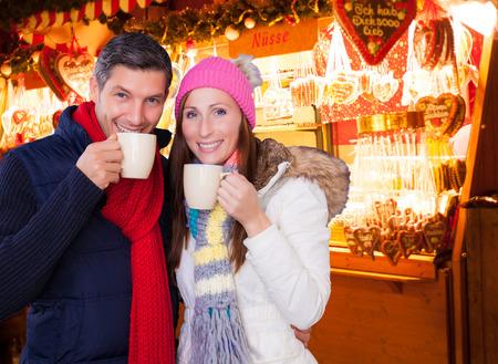 german paar genieten van de kerstmarkt outdoor Stockfoto
