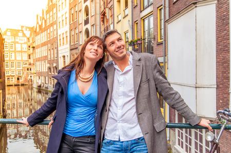 새로운 도시를 탐험 관광 커플