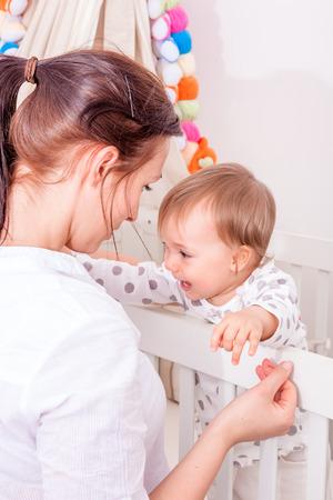 crying boy: mala sueños bebé en busca de mamá