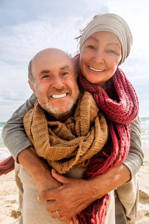 hug twee geliefde ouderen genieten van de tijd