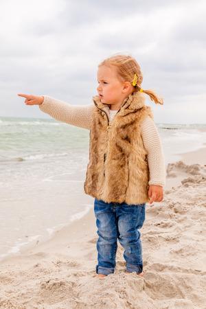 해안 현장에 보트를 보여주는 아이