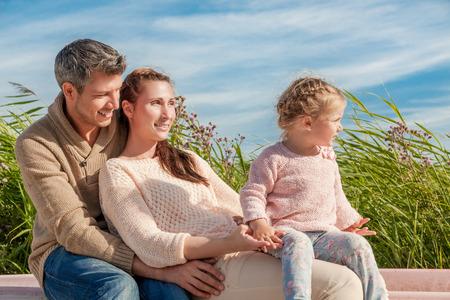 family enjoying first warmer spring days on coast 版權商用圖片 - 31016513
