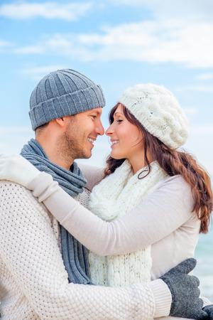 gelukkig winter ontspannen paar op de kust kussen