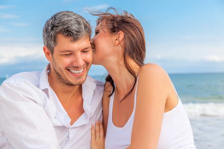 푸른 해안에 속삭이는 해변 커플 연인