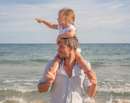 해변 해안을 보여주는 아버지 딸