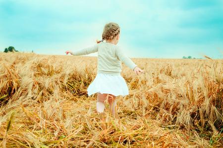 dancing child nostalgic in field 版權商用圖片 - 39051625