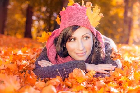 秋の女性の横になっている地面を葉します。 写真素材
