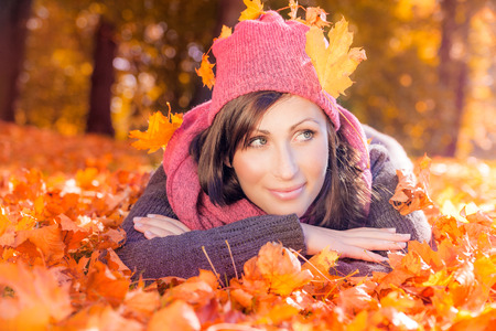 가을 여성 거짓말 지상 잎