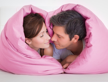 dreaming couple in bed heart signAC 版權商用圖片 - 39051703
