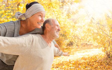 olderr paar in herfst tijd Stockfoto