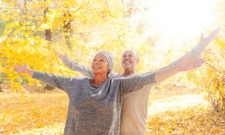 Herbst Paar mit ausgestreckten Armen Standard-Bild - 39051683