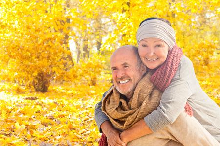 幸せな秋の葉のカップル
