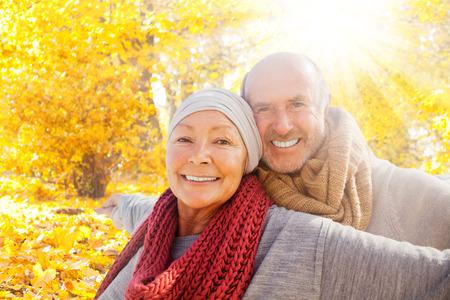 glimlachen pensioen geluk in het bos Stockfoto